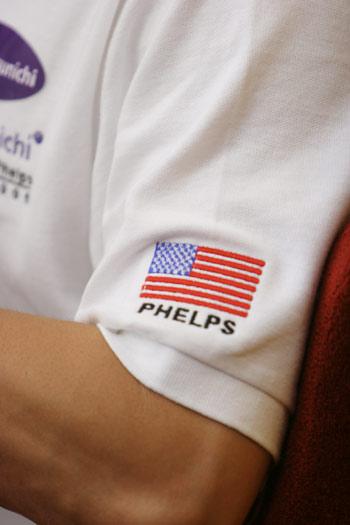 图文:菲尔普斯做客搜狐 印有自己名字的T恤