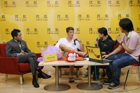图文:菲尔普斯做客搜狐 与现场主持人交流
