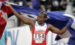 图文:古巴女将破标枪世界纪录 挥舞国旗