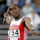 图文:古巴女将破标枪世界纪录 准备掷出
