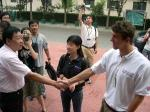 图文:菲尔普斯指导小选手 和体校领导亲切握手