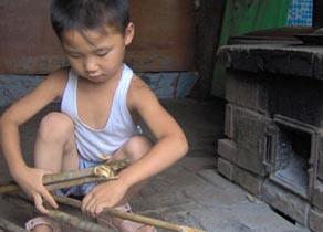 今年6岁的张帅已经伺候瘫痪爸爸3年了