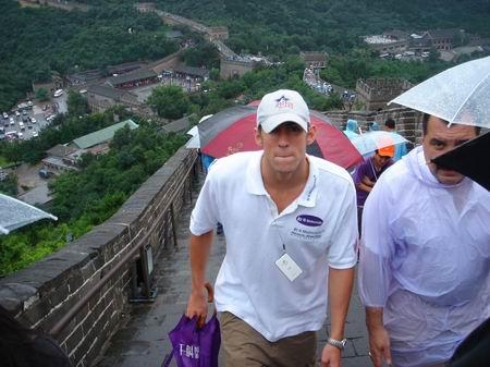 图文:费尔普斯雨中游长城 感受长城雄伟壮观