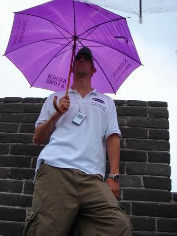图文:费尔普斯雨中游长城 留影做纪念别有情趣