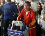 图文:中国田径队回国 马拉松周春秀步出机场