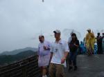 图文:菲尔普斯雨中游长城 步步登高帅哥兴致高