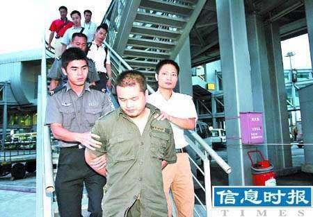 5名歹徒冒充警察持枪抢劫260万元巨款(图)