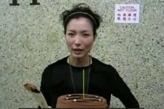 郑秀文脸肿全消神采奕奕 生日Fans送蛋糕(图)