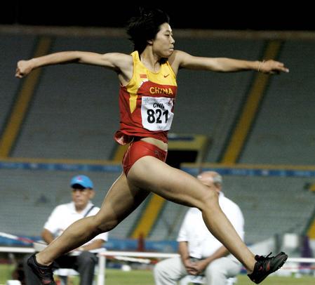 三级跳�_图文:大运会女子三级跳比赛 王颖起跳