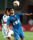 图文:金德0-0上海国际 徐洋在比赛中护球