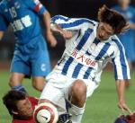 图文:金德0-0上海国际 王略与对手拼抢