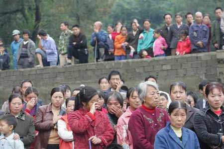 湖北省房县群众哭送因洪水遇难的党员干部(图