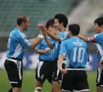 图文:大连客场4-0狂胜重庆 邹捷与队友庆祝