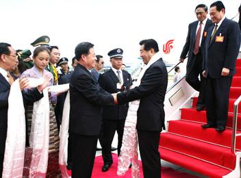 中央代表团抵达拉萨参加西藏成立40年大庆(图)
