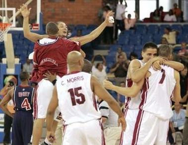 图文:美国男篮输给委内瑞拉 对方球员欣喜若狂