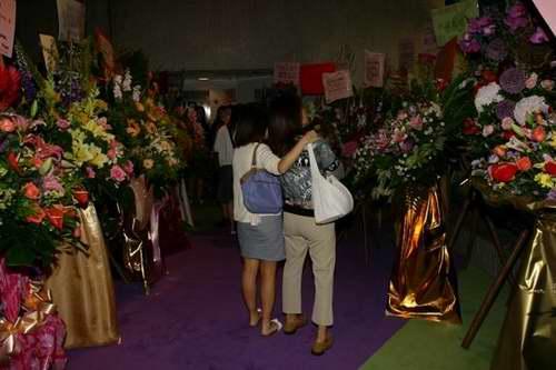 图:《倾》剧香港首演礼―首演剧院大厅的鲜花