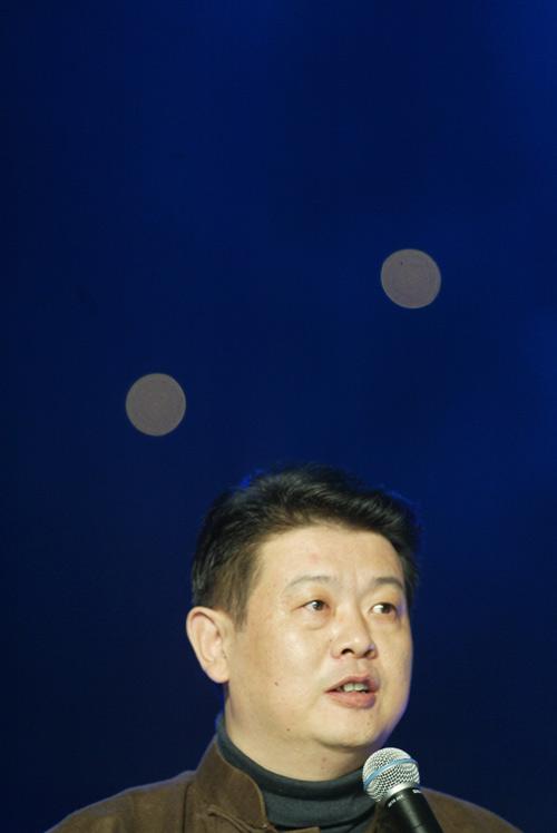 组图:傅彪在2004年度搜狐十大新闻评选颁奖晚会上