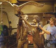 戴妃与男友再现亲密铜像