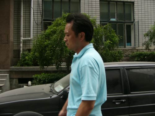 图文:著名演员傅彪病逝-丁志成一脸悲伤