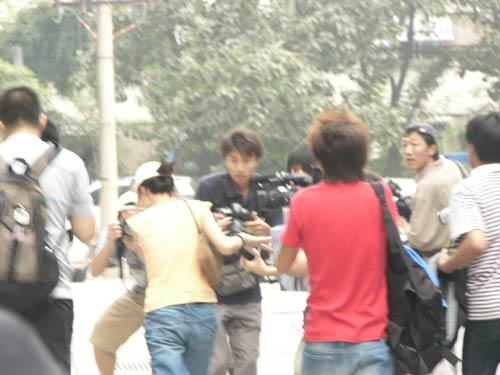 图文:著名演员傅彪病逝-夏力薪被媒体包围