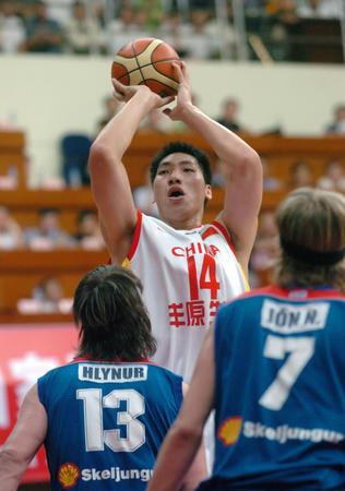 图文:友谊赛中国男篮胜冰岛