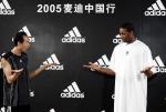 图文:麦迪教练回来了 向聋哑学生学习手语