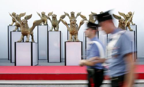 """第62届威尼斯电影节即将开幕 """"金狮""""雕像屹立街头"""