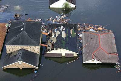 组图:飓风卡特里娜过后 美国新奥尔良一片汪洋