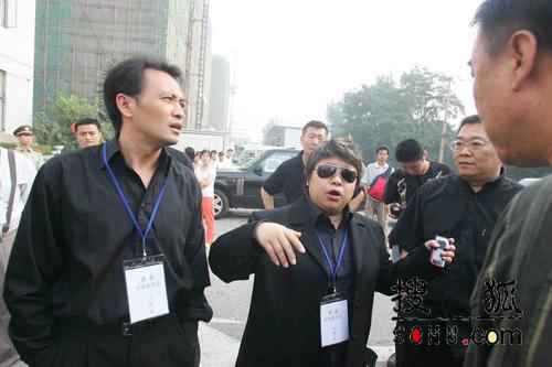 图文:韩红与丁志诚正在安排如何出发