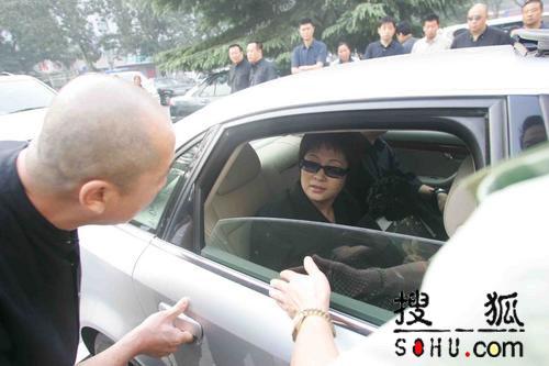 图文:傅彪妻子张秋芳从武警总医院出发