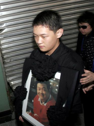 图文:儿子手捧遗像从武警总医院出发