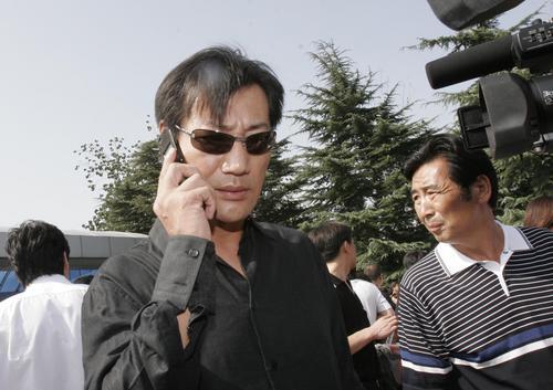 图文:著名小品演员英壮到八宝山悼念好友傅彪