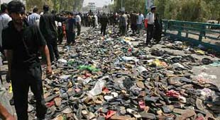 事件发生后,人们遗失的鞋子堆满桥面