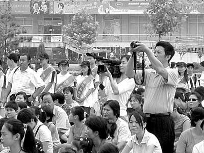 爱的接力棒传向贫困儿童,北京娱乐信报,8月27日