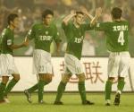 图文:现代3-1四川冠城 耶利奇与队友击掌庆祝