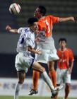 图文:中超第19轮深圳0-2负于天津 队员争顶