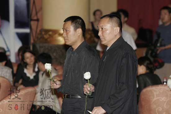 搜狐图文:韩三平手势白玫瑰吊唁傅彪