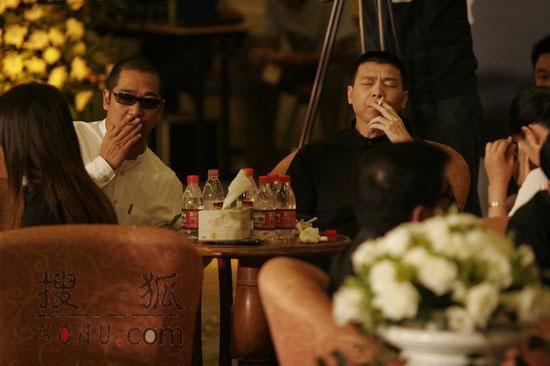 现场图片:冯小刚张国立闭目回忆好友