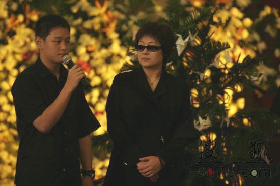 搜狐图片:张秋芳母子追忆傅彪