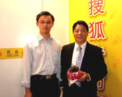 图:搜狐理财与友邦保险北京分公司总经理徐水俊合影