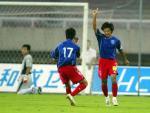 图文:青岛客场2-0国际 白毅和队友庆祝进球