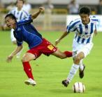 图文:上海国际0-2青岛中能 曲波带球突破遇阻