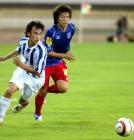 图文:上海国际0-2青岛中能 双方争抢