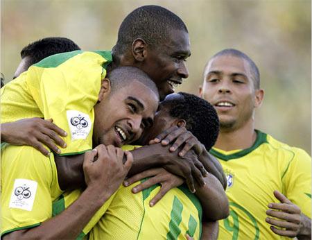 图文:巴西5-0狂屠智利出线 阿德与队友拥抱庆祝