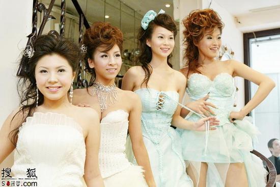 组图:女F4化身爆乳新娘 性感代言婚纱显成熟