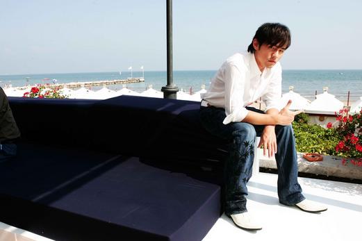 周杰伦凌晨亮相水城威尼斯 冷清走过红地毯