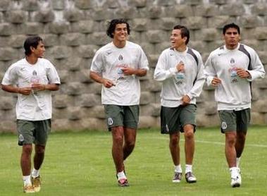 图文:墨西哥队备战世界杯预选赛 队员训练中