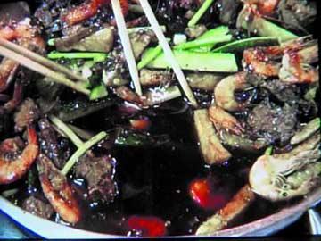 记者暗访北京餐馆 口水油循环制作水煮鱼(组图)