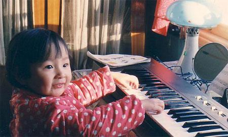 这个弹电子琴的小美女是谁?