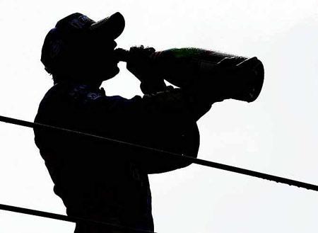 猜猜这是哪位F1车手在喝香槟庆祝?